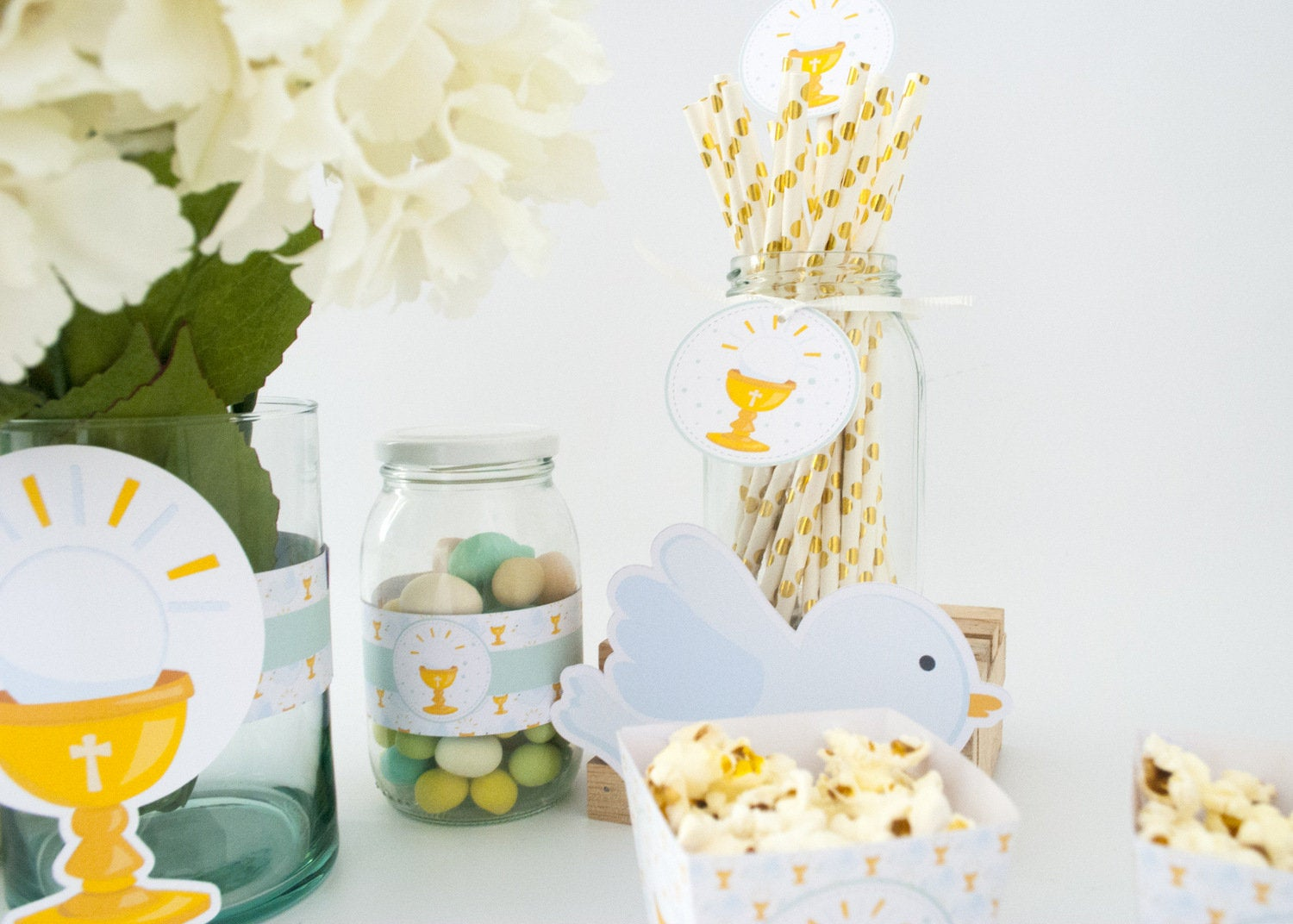 DIY PAPER FIRST COMMUNION DECOR - Are you planning your first communion as a girl or a boy? Here are 12+ first communion ideas to inspire you. Many DIY ideas so you can create an unforgettable event.