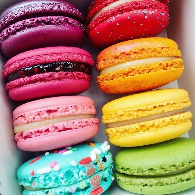 RAINBOW MACARROONS - Time to add some color to your table or your kids party. A Rainbow is waiting for you. I curated a list of colorful food to inspire your party.